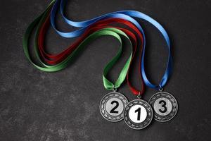första, andra och tredje plats medaljer foto
