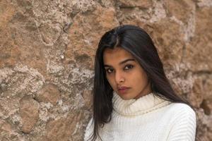 närbild porträtt av en vacker attraktiv ung kvinna tittar på kameran foto
