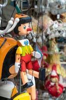pinocchio marionett hängande foto