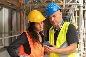 byggnadsarbetare som läser foto