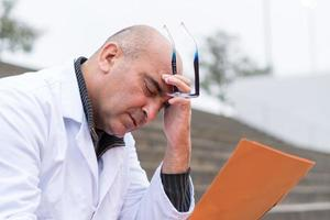 läkare som läser dåliga rapporter foto