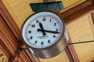 hängande klocka i Prag Masaryk järnvägsstation foto