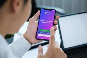 Chiangmai Thailand, 06 apr 2021 - man använder spotify på telefon foto