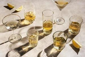 sammansättning av många tequila- och mezcal-drycker foto