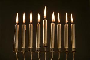 magnifik menorah med brinnande ljus. vackert fotokoncept med hög kvalitet och upplösning foto