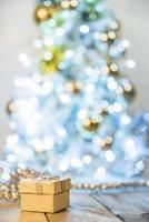 nuvarande låda nära julgran. vackert fotokoncept med hög kvalitet och upplösning foto