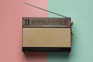 retro sändning radiomottagare rosa ljusblå bakgrund. vackert fotokoncept med hög kvalitet och upplösning foto