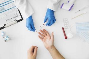 ovanifrån läkare gör covid test. vackert fotokoncept med hög kvalitet och upplösning foto