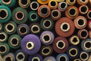 ovanifrån färgglada sömtrådar bakgrund. vackert fotokoncept med hög kvalitet och upplösning foto