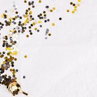 vinterkomposition festliga konfetti. vackert fotokoncept med hög kvalitet och upplösning foto