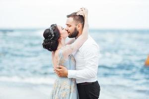 samma par med en brud i en blå klänning promenad foto