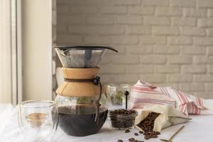 häll över kaffebryggare foto