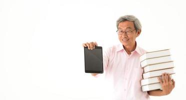 senior asiatisk man med böcker och minnestavla som isoleras foto