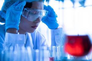 asiatiska unga kvinnor forskare laboratorietestning och analys kemikalie vid laboratoriet foto