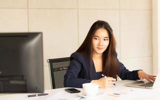 affärskvinna som arbetar på ett kontor foto