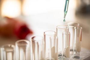 laboratoriearbete kemiska testning medicinska, färgade vätskor foto