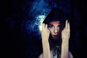 begreppet en mystisk häxa klä upp för halloween foto