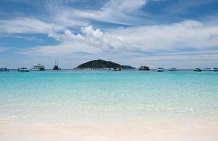 vackert klart hav med båt i similan foto