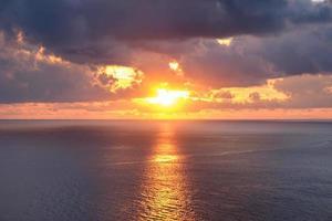 utsiktspunkt vacker solnedgång över havet foto