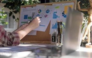 kvinnlig revisor gör arbetsrevision och beräknar kostnad finansiell årsredovisning balansräkning, gör ekonomi att göra anteckningar om papperskontrollinspektion. foto