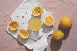 ovanifrån läckra citroner och juice foto