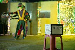 selektivt fokus på en spetsruta framför en dansföreställning på en offentlig gata. det thailändska språket betyder tack för stödet. foto