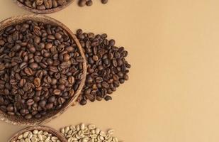 skålar med kaffebönor foto