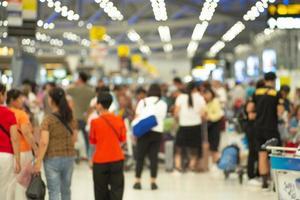 defokuserad grupp av passagerare som checkar in vid disken för ett boardingkort på flygplatsen. suddig bild med avsikt foto