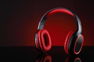 röda och svarta trådlösa hörlurar foto