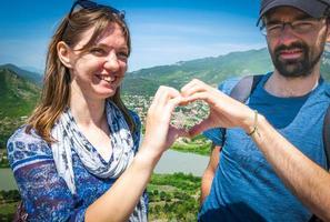par som sätter händerna ihop i en hjärtform foto
