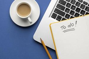 anteckningsbok med att göra-lista på skrivbordsvy foto