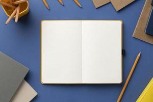 platt låg anteckningsbok med att göra-lista på skrivbordet foto