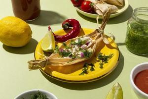 sortiment av tamalesingredienser på ett grönt bord foto