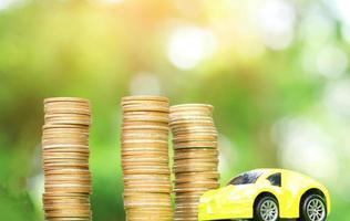 bil och mynt naturlig suddig bakgrund. begreppet bilförsäkring foto