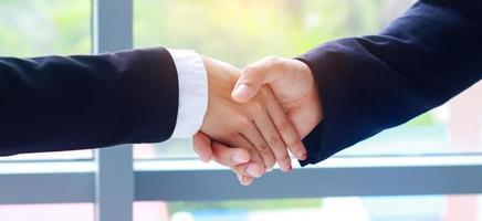 affärsmän som skakar hand för att underteckna avtal och affärssamarbete foto