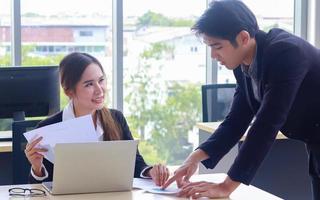unga affärsmän diskuterar marknadsföringsplaner på kontoret foto