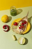 ordning av läckra tamales på tallriken foto