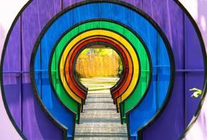 färgglad tunnel i trädgården foto