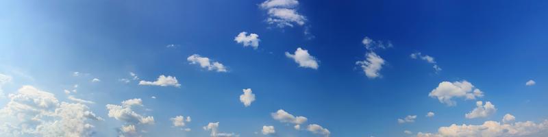 panoramahimmel med moln på en solig dag. vackert cirrusmoln. foto