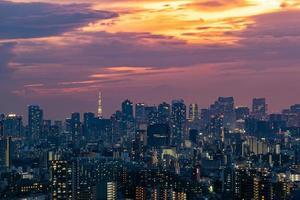 stadsbilden i Tokyo skyline, panorama flyg skyskrapor syn på kontorsbyggnad och centrum i Tokyo på kvällen. foto