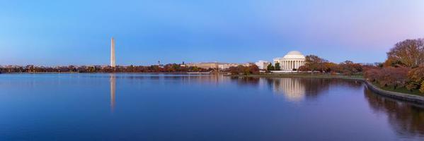 Jefferson Memorial och Washington Monument reflekterade på tidvattenbassängen på kvällen. foto