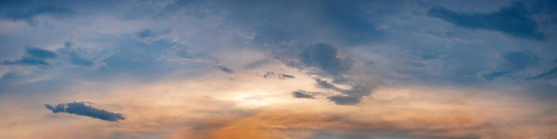 skymning panorama himmel bakgrund med färgglada moln i skymningen foto