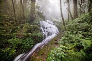 vatten som flödar vid ett härligt vattenfall på Inthanon nationpark, Chiangmai, Thailand. foto