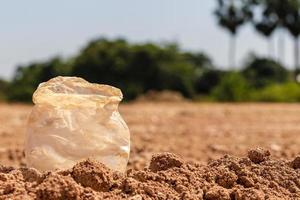 smutsiga plastpåsar som inte bryts ned naturligt. foto