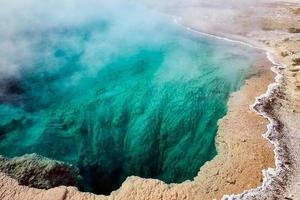 svart pool vid Yellowstone National Park. wyoming. USA. augusti 2020 foto