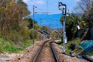 järnvägsspår genom en schweizisk by nära den franska gränsen foto