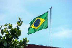 brasiliansk flagga som flyger i det fria i Rio de Janeiro. foto