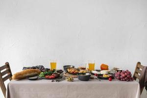 vackert bord fullt av mat foto