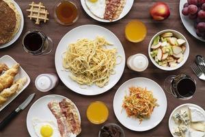 pasta, frukost och apelsinjuice foto