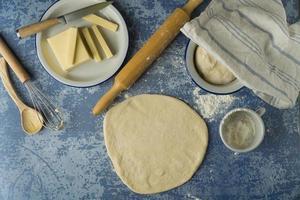 bröddeg med smör och ostingredienser foto
